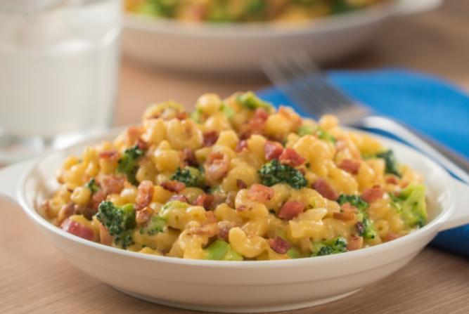 Receta de Mac & Cheese con brócoli y tocino