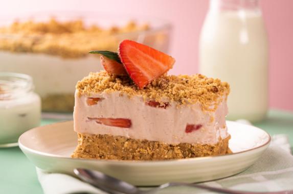 Receta de tarta helada de yogur con fresas